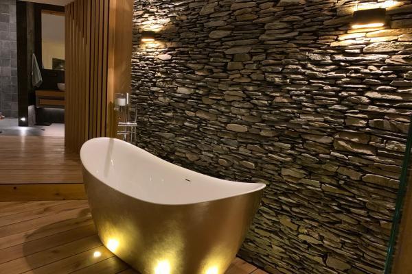 Ściana w łazience, łupek szarobrązowy